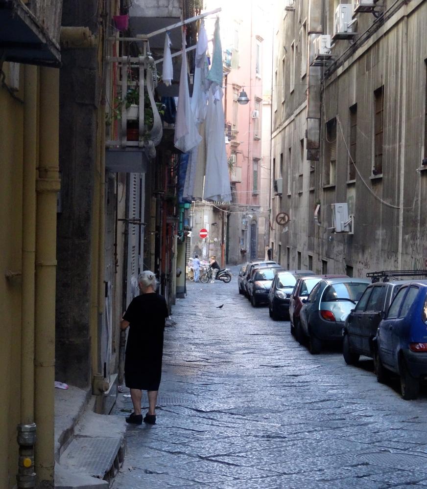 The eyes in the doorways of Naples (1/3)