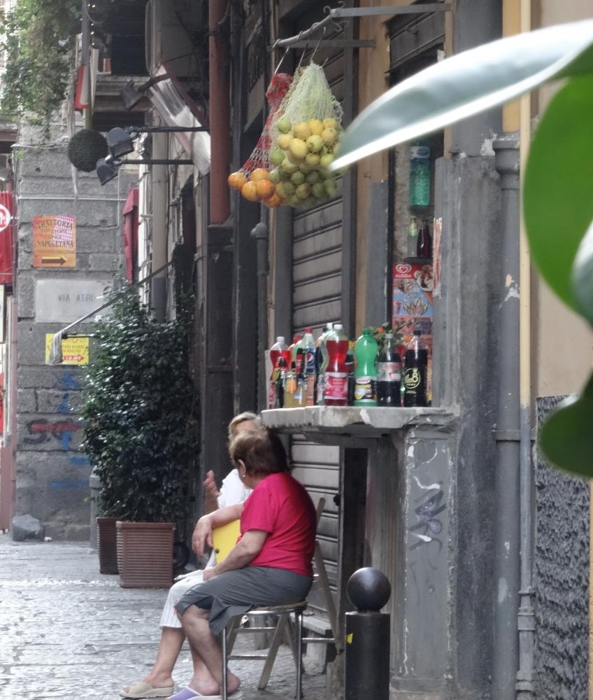 The eyes in the doorways of Naples (2/3)