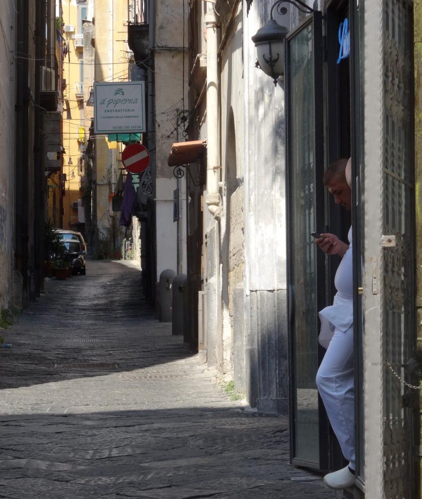 The eyes in the doorways of Naples (3/3)