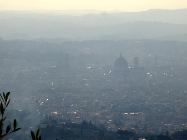 Faint view from Fiesole of:  la famosa cupola del Duomo di Firenze