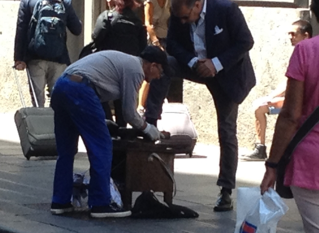 The shoe cleaner on Via Toledo