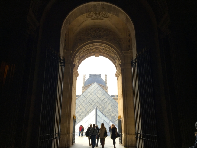 La pyramide du Louvre - Paris, France
